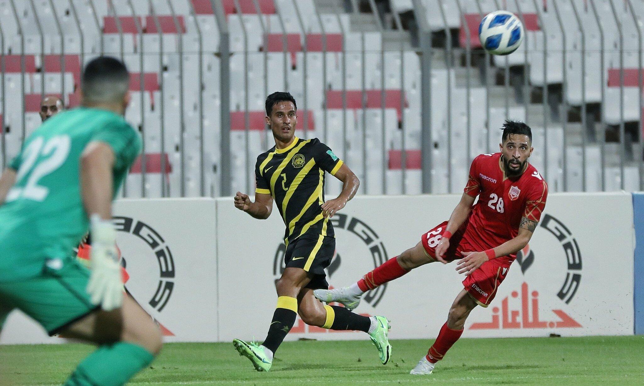 Trước Bahrain (áo đỏ), Malaysia có tiến bộ hơn so với trận thua đậm Kuwait hôm 23/5, nhưng vẫn nhận thêm một thất bại. Ảnh: FAM
