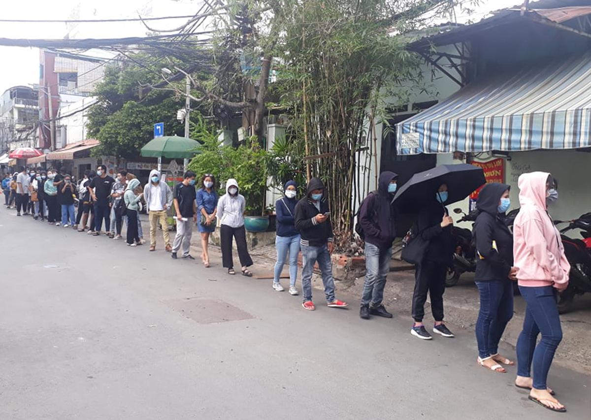 Người dân xếp hàng dài chờ lấy mẫu trước Trung tâm Y tế quận Bình Thạnh, đường Đinh Bộ Lĩnh, ngày 29/5. Ảnh: Hà An.