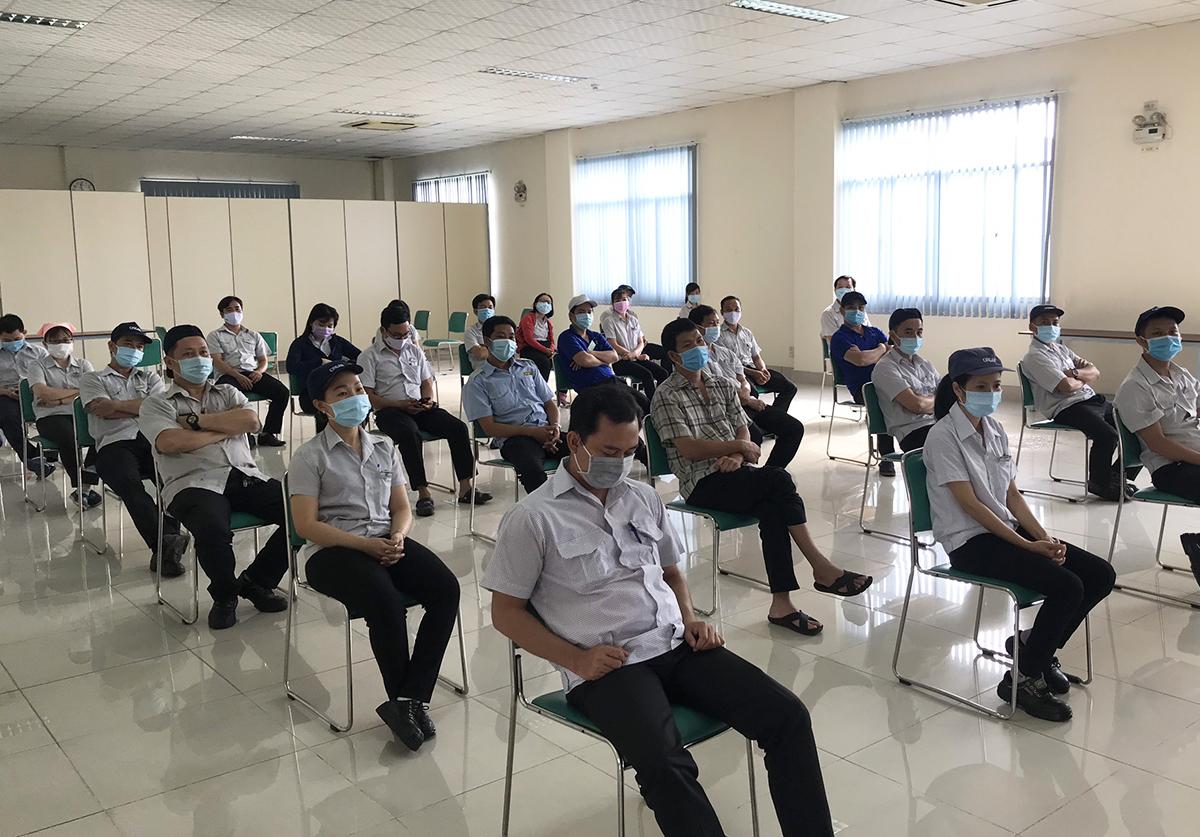 Công nhân của Công ty TNHH Kim may Organ Việt Nam ở Khu chế xuất Tân Thuận, quận 7, chờ lấy mẫu xét nghiệm tầm soát. Ảnh: An Phương.