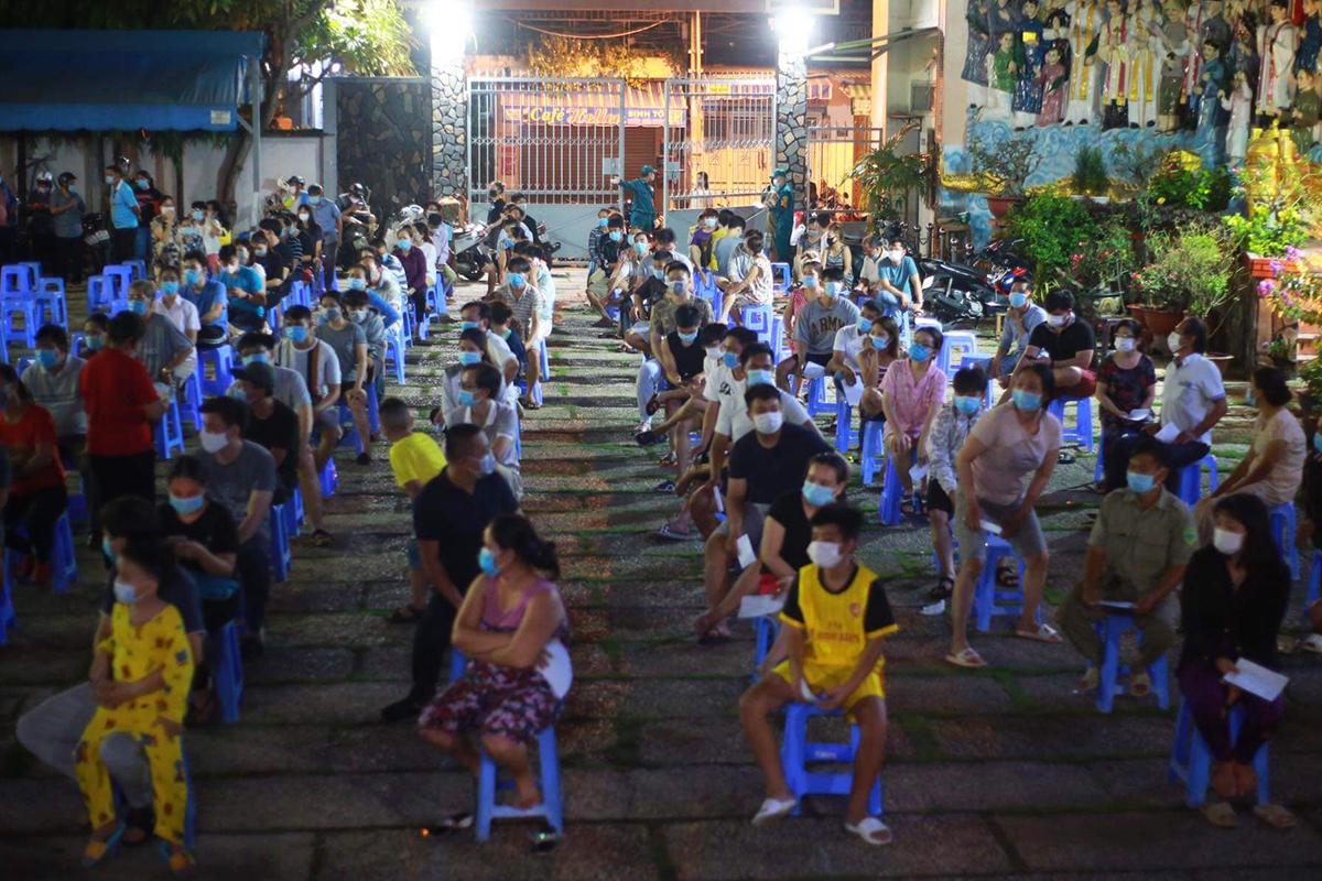 Người dân phường 15, quận Gò Vấp, được lấy mẫu xét nghiệm khuya 28/5. Ảnh: Đình Văn.