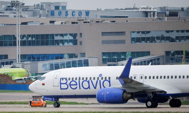 Một chiếc Boeing 737-800 của hãng hàng không Belavia tại sân bay Domodedovo, vùng thủ đô Moskva, Nga hôm 28/5. Ảnh: Reuters.