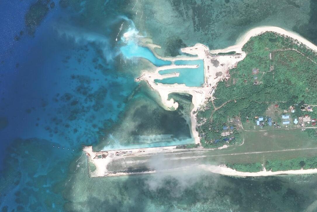 Đường băng và âu tàu Philippines xây dựng trái phép trên đảo Thị Tứ. Ảnh: AMTI.