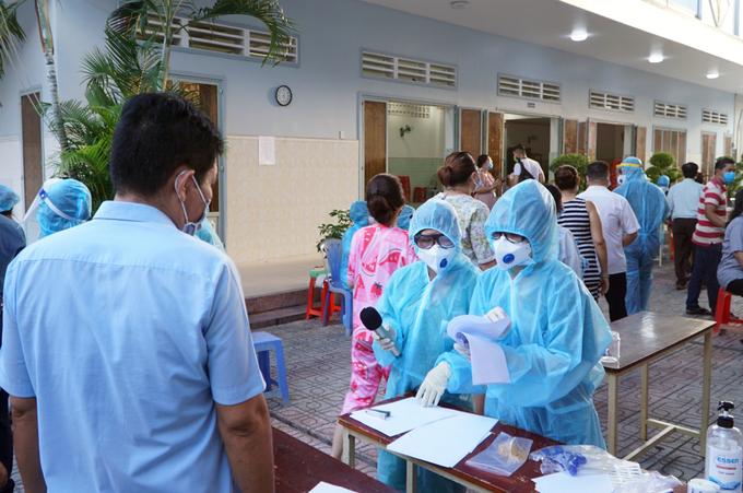 50.000 người dân phường 15, quận Gò Vấp, phải lấy mẫu tầm soát, xét nghiệm ngày 28/5 do phường xuất hiện hai ca liên quan nhóm hội thánh truyền giáo. Ảnh: Thư Anh.