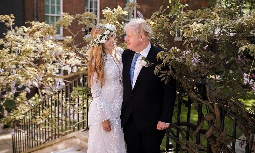 Thủ tướng Boris Johnson và hôn thê Carrie Symonds chụp ảnh cưới trong vườn ở Dinh thủ tướng. Ảnh: PA