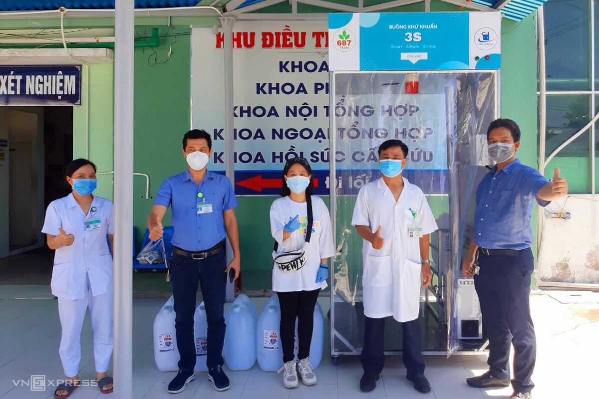 Anh Đức (bìa phài) tặng buồng khử khuẩn và dung dịch sát khuẩn cho Bệnh viện quận Sơn Trà. Ảnh: Công Giàu.