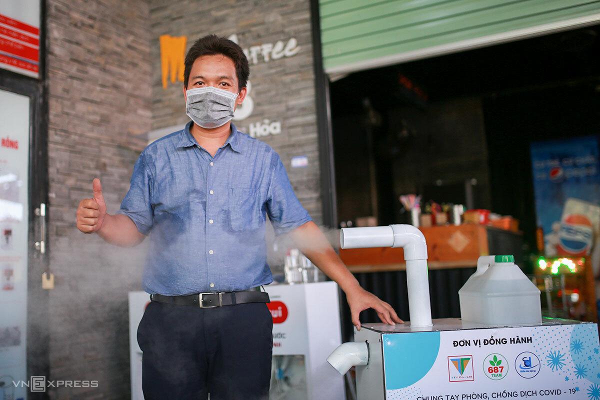 Anh Đức bên thiết bị máy phun khử khuẩn di động đã hoàn thiện. Ảnh: Nguyễn Đông.