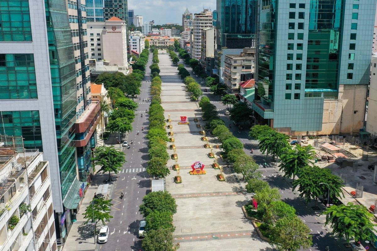 Phố đi bộ Nguyễn Huệ, quận 1, vắng vẻ khi dịch bùng phát mạnh ở TP HCM, ngày 29/5. Ảnh: Hữu Khoa.