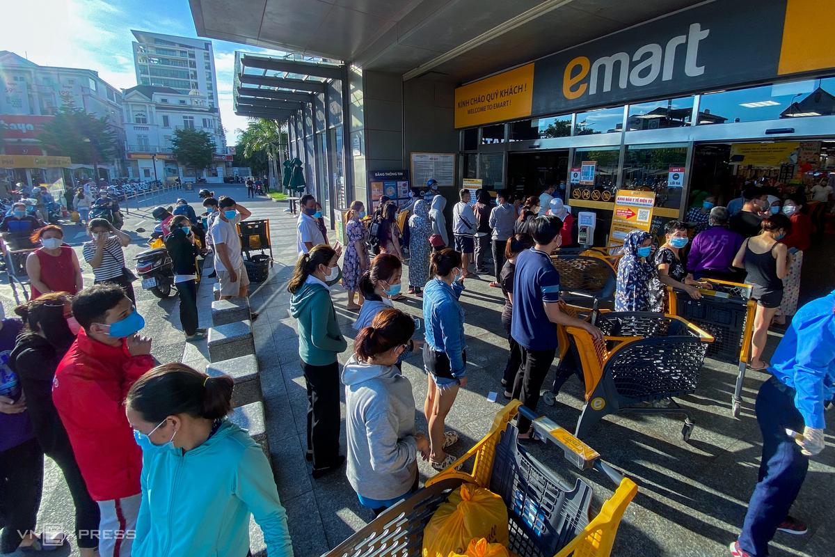 Người dân quận Gò Vấp tới siêu thị mua hàng sau khi TP HCM áp dụng giãn cách xã hội theo Chỉ thị 16 ở quận, chiều 30/5. Ảnh: Hữu Khoa.