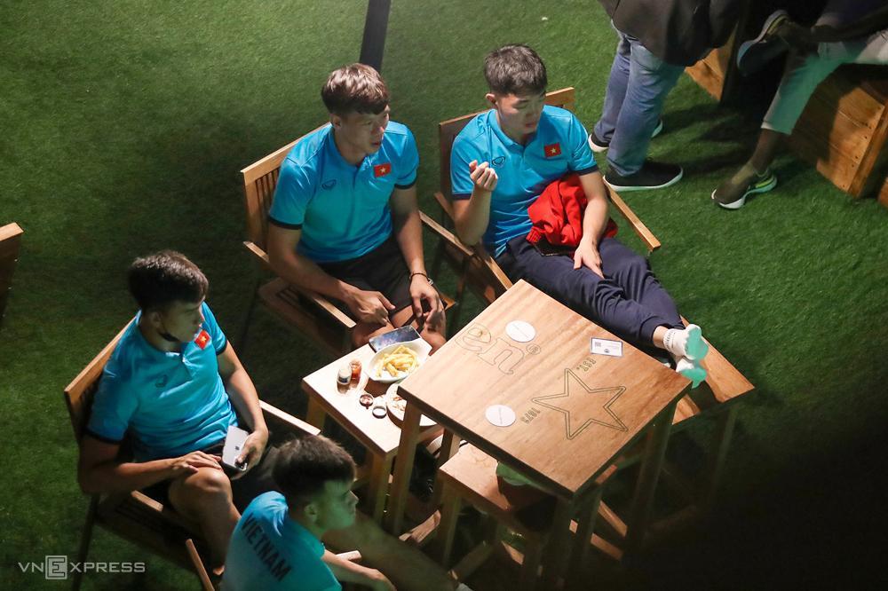 Xuân Trường, Ngọc Hải, Việt Anh và Tấn Tài theo dõi trận đấu bắt đầu lúc 23h, giờ Dubai.