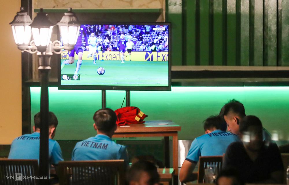 Bốn tuyển thủ Việt Nam theo dõi Chelsea đánh bại Man City 1-0 để vô địch Champions League 2021.