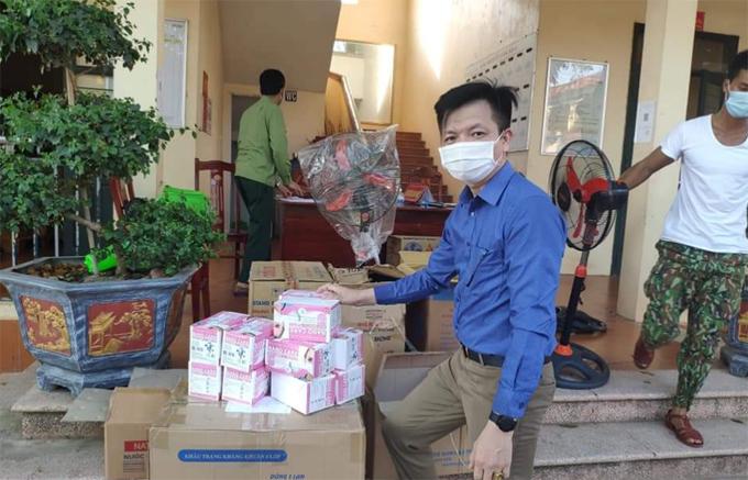 Thầy Cao Xuân Thành, Hiệu phó trường Tiểu học Hương Sơn, huyện Lạng Giang, Bắc Giang, dọn dẹp các phòng học làm nơi cách ly cho học trò hôm 15/5. Ảnh: NVCC.