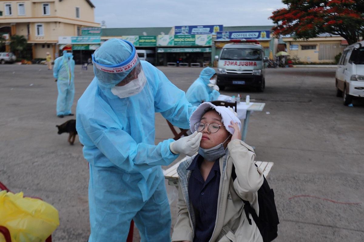 Bác sĩ kiểm tra y tế người về từ TP HCM ở Bến xe Đức Long, Gia Lai, rạng sáng 31/5. Ảnh: Trần Hóa.