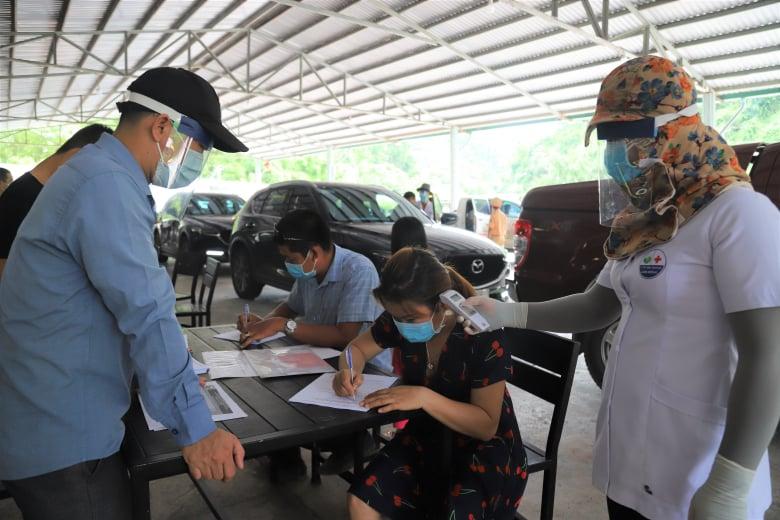 Chốt phòng dịch Covid-19 trên quốc lộ 20 từ cửa ngõ TP HCM về Đà Lạt ngày 30/5. Ảnh: Hoài Thanh