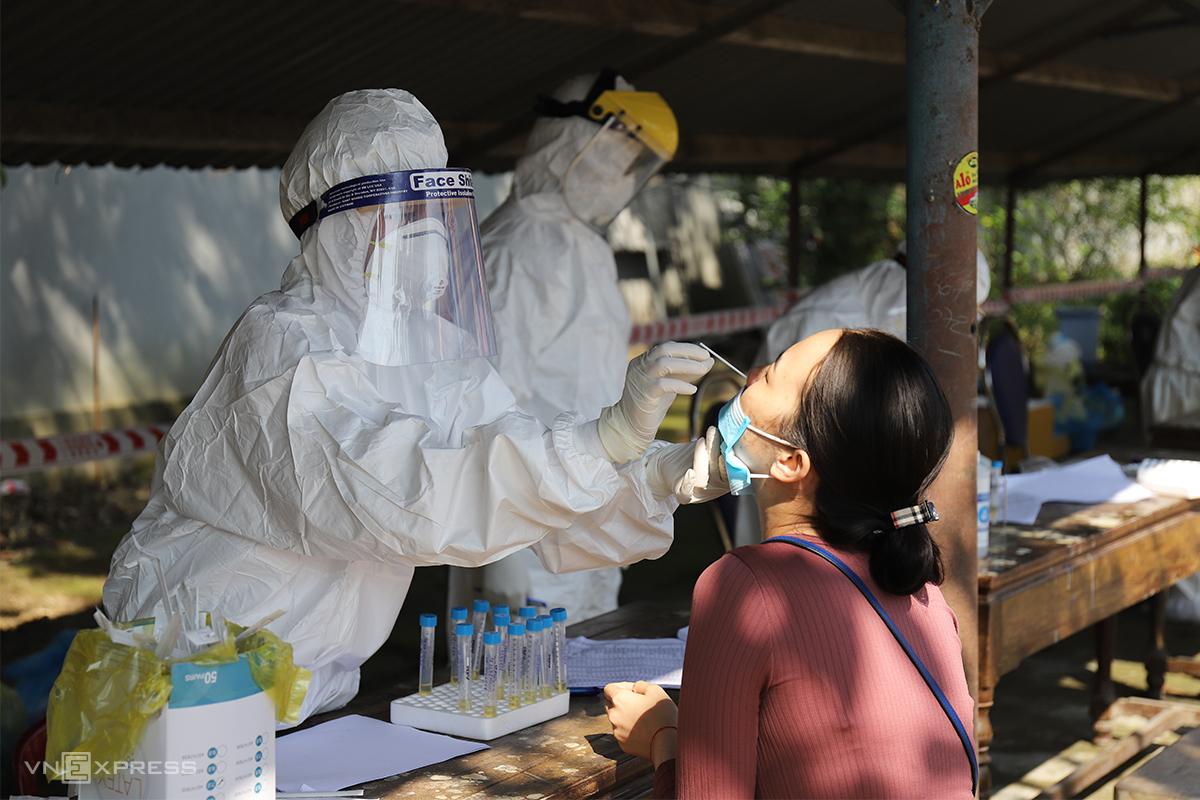 Nhân viên y tế lấy mẫu xét nghiệm Covid-19 cho người dân. Ảnh: Võ Thạnh