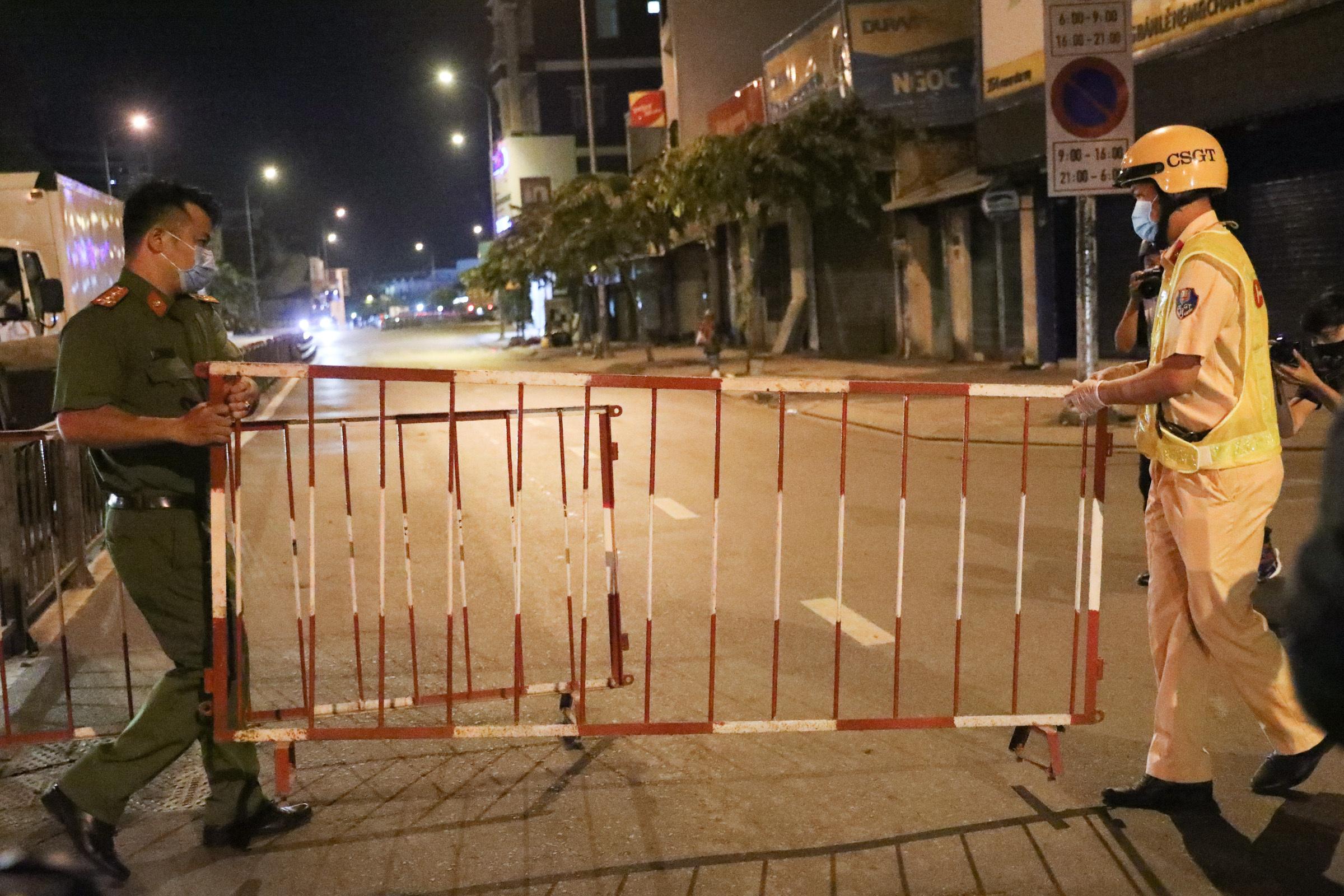 Đúng 0h ngày 31/5, Chốt kiểm soát được lập trên đường Phan Văn Trị, quận Gò Vấp. Ảnh: Quỳnh Trần