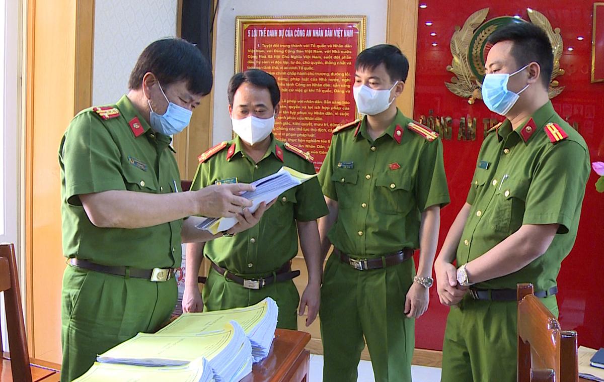 Đại tá Khương Duy Oanh, Phó giám đốc Công an tỉnh Thanh Hoá (ngoài cùng bên trái) chỉ đạo phá án. Ảnh: Lam Sơn.