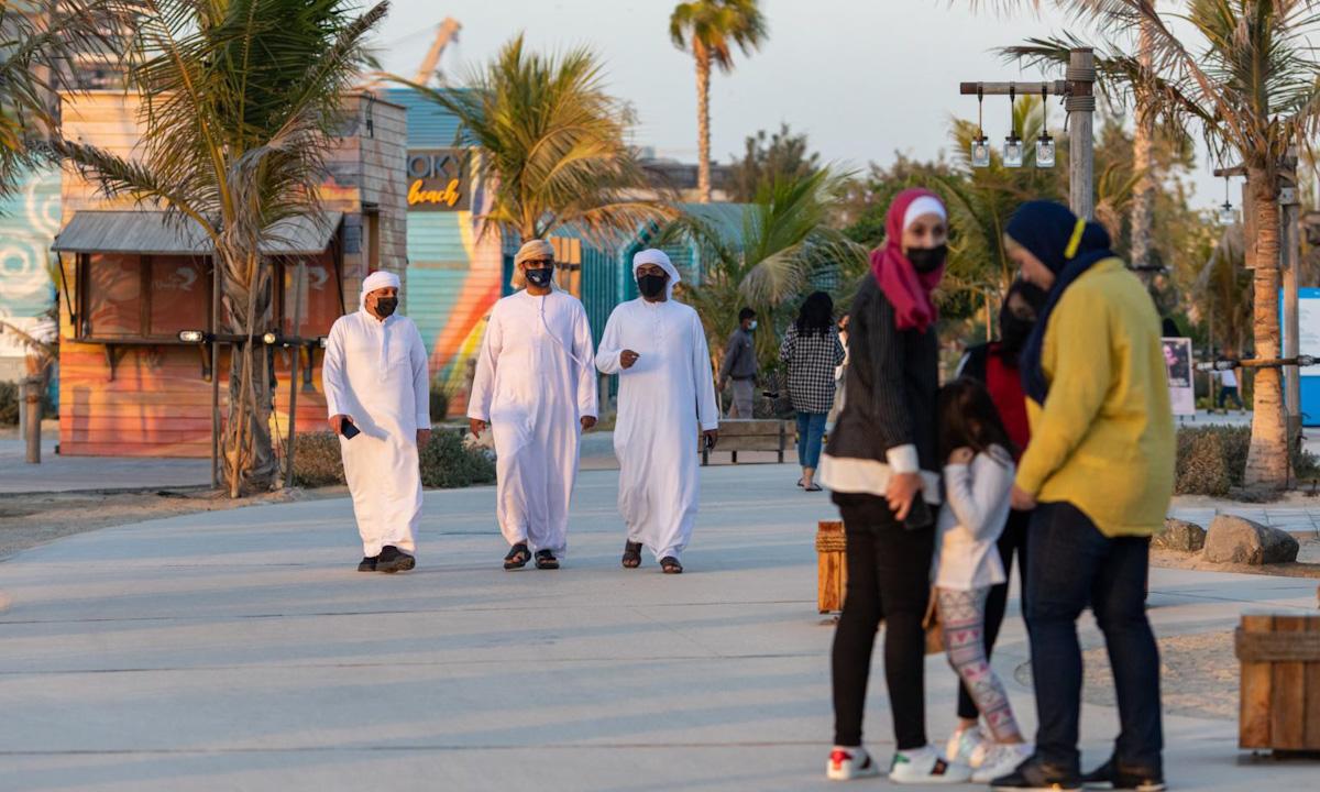 Người dân đeo khẩu trang trên một con phố ở Dubai, UAE hồi tháng 1. Ảnh: Bloomberg.