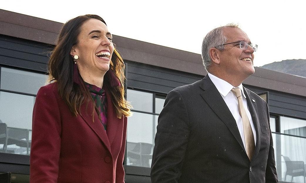 Thủ tướng New Zealand (trái) và người đồng cấp Australia sau cuộc gặp tại Queenstown hôm nay. Ảnh: AP.