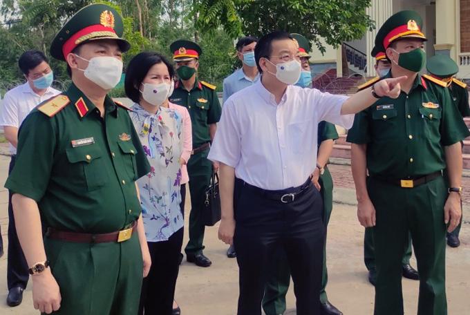 Chủ tịch UBND TP Hà Nội Chu Ngọc Anh kiểm tra điểm cách ly tập trung Trường Quân sự (Bộ tư lệnh thủ đô) sáng 31/5. Ảnh: Xuân Hải.