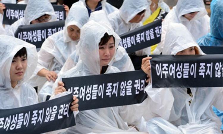 Các nhà hoạt động biểu tình phản đối nạn bạo hành cô dâu ngoại quốc tại Seoul, Hàn Quốc, năm 2018. Ảnh: Korea Times.