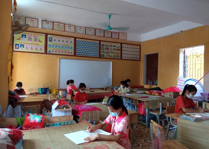 Các em nhỏ tham gia cuộc thi vẽ tranh tại phòng do thầy Thành phát động. Ảnh: NVCC.