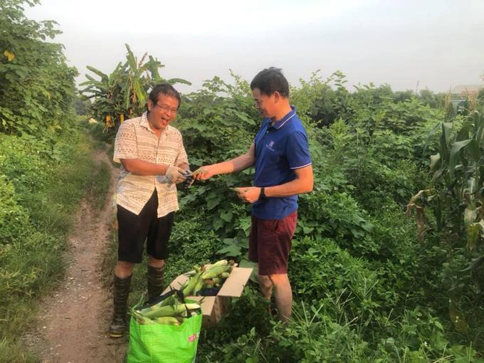 Thầy Minh (trái) chia sẻ giá trị ruộng ngô chỉ 3 triệu đồng nhưng hai vị khách sẵn sàng bỏ ra 10 triệu đồng để hỗ trợ Bắc Giang. Ảnh: NVCC.