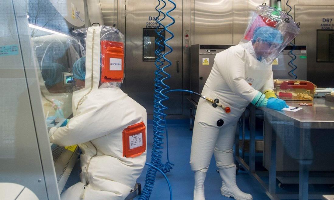 Hai nhà nghiên cứu làm việc tại phòng thí nghiệm của Viện Virus học Vũ Hán hồi tháng 2/2017. Ảnh: AFP.