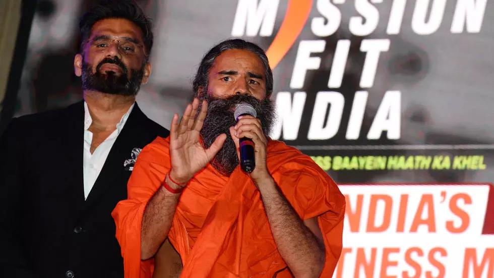 Pháp sư Baba Ramdev (áo cam) trong một sự kiện tháng trước. Ảnh: AFP.