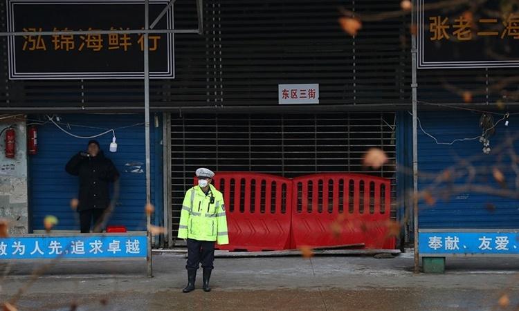 Chợ hải sản Hoa Nam ở Vũ Hán, Trung Quốc, bị phong tỏa hồi tháng 1/2020. Ảnh: Reuters.