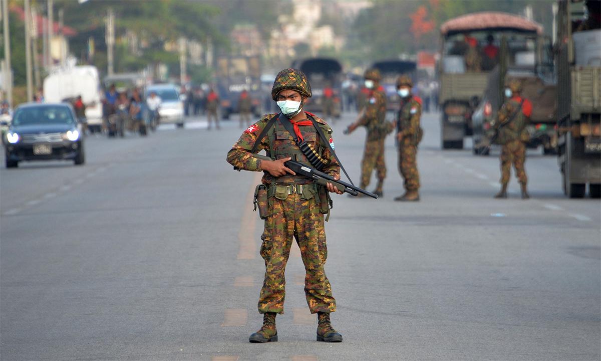 Binh sĩ Myanmar đứng gác tại một chốt kiểm soát an ninh ở thủ đô Naypyidaw ngày 17/2. Ảnh: AFP.