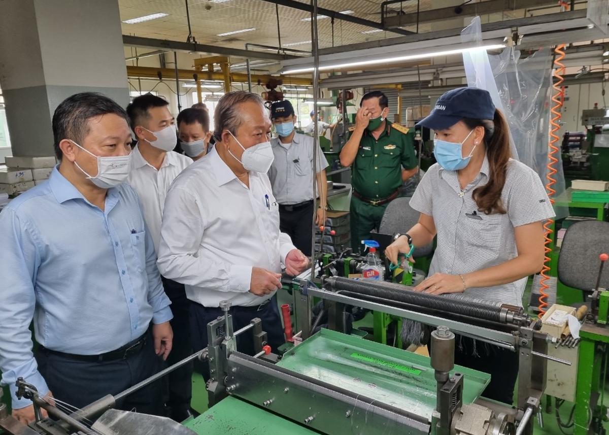Phó thủ tướng Trương Hòa Bình kiểm tra công tác phòng dịch tại doanh nghiệp trong Khu chế xuất Tân Thuận, quận 7, ngày 31/5. Ảnh: An Phương.
