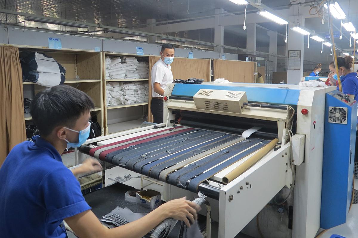 Công nhân Công ty cổ phần quốc tế Phong Phú được bố trí giãn cách khi làm việc. Ảnh: Lê Tuyết.