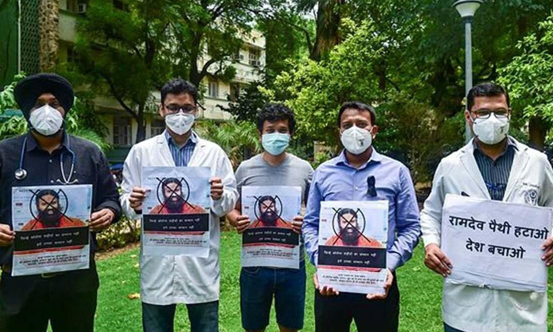 Các bác sĩ tại bệnh viện Safdarjung ở New Delhi, Ấn Độ, đeo ruy băng đen biểu tình chống đạo sư Baba Ramdev hôm nay. Ảnh: PTI.