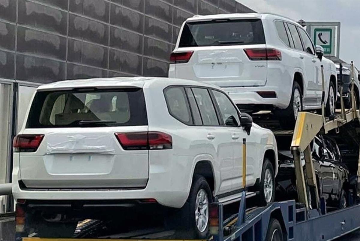 Những chiếc Toyota Land Cruiser thế hệ mới trên xe vận chuyển. Ảnh: Gaadiwaadi
