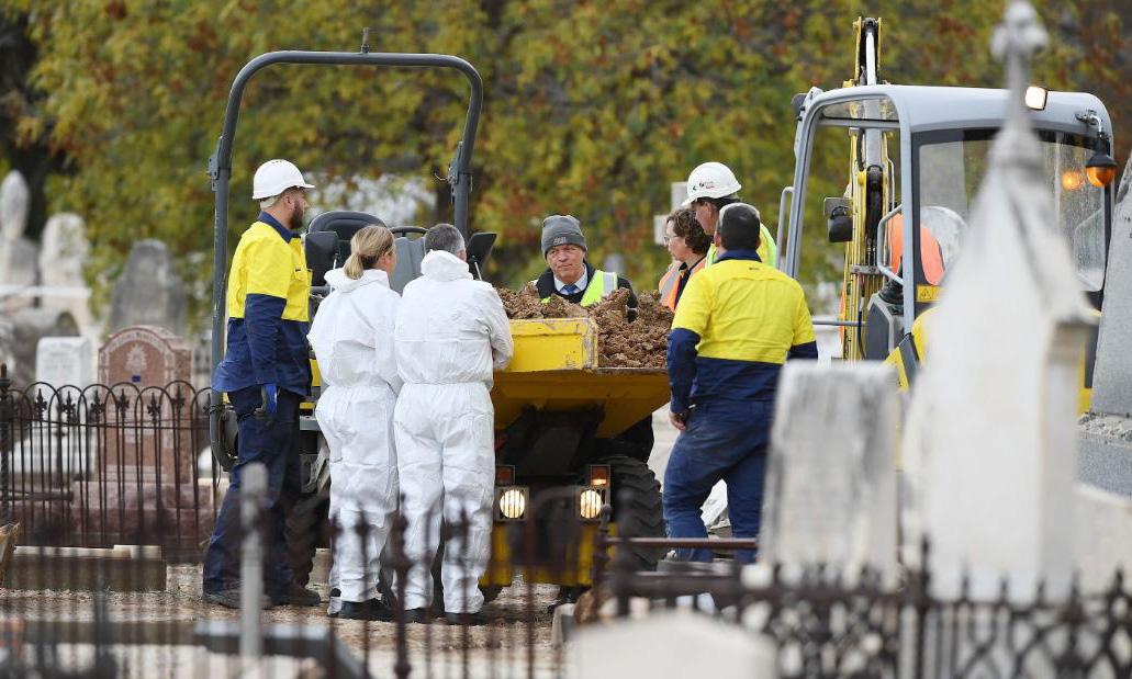 Hài cốt của Mister S được khai quật tại nghĩa trang West Terrace ở Adelaide hôm 19/5. Ảnh: CNN.