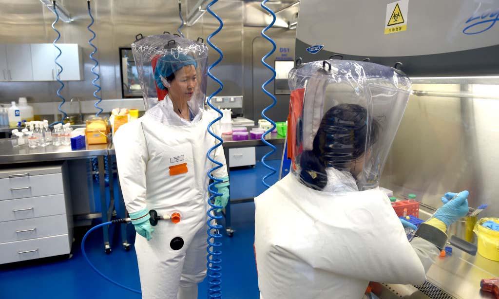Nhà khoa học nổi tiếng Thạch Chính Lệ (trái) tại Viện Virus học Vũ Hán, Trung Quốc, hồi tháng 2/2017. Ảnh: Feature China.