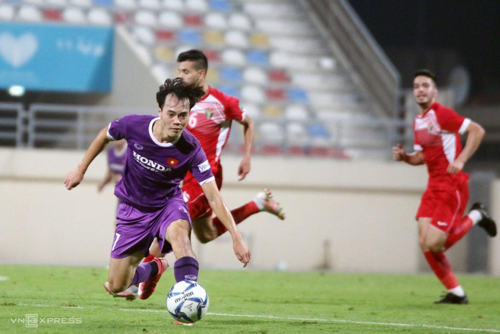 Nguyễn Văn Toàn gây ấn tượng với những pha đi bóng tốc độ trong trận hòa với Jordan.