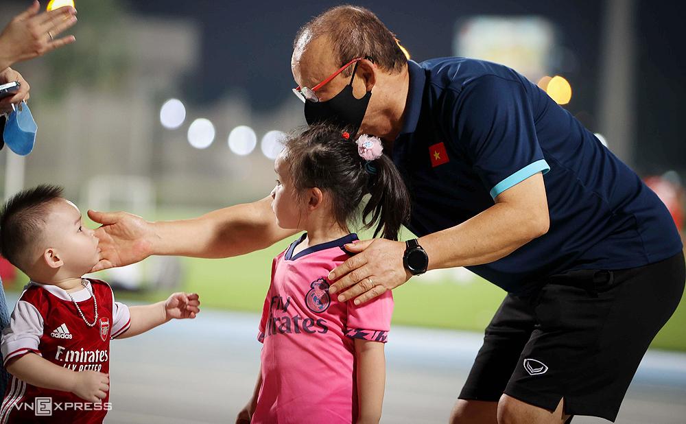CĐV nhí Việt Nam vào sân gặp HLV Park Hang-seo trong buổi tập tối 27/5. Ảnh: Lâm Thoả