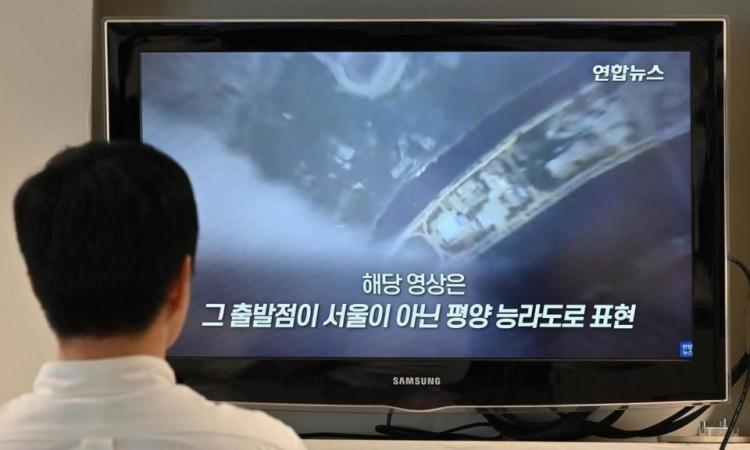 Một người đàn ông xem video chiếu cảnh Bình Nhưỡng trong hội nghị thượng đỉnh Đối tác vì Tăng trưởng Xanh tại Seoul, Hàn Quốc, hôm 1/6. Ảnh: AFP.
