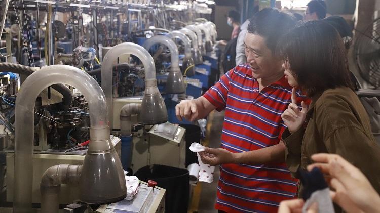 Nhóm Re.socks xuống nhà máy để làm theo quy trình