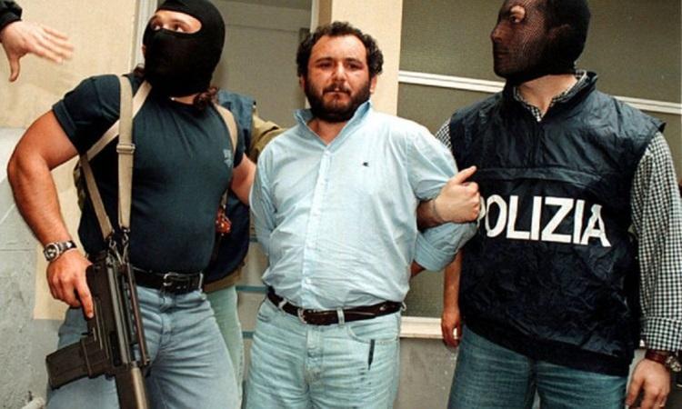 Cảnh sát áp giải Giovani Brusca rời trụ sở cảnh sát Palermo để đến nhà tù an ninh tối đa năm 1996. Ảnh: Reuters.