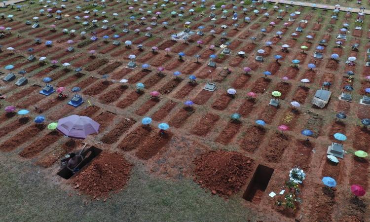 Cảnh tượng tại nghĩa trang San Juan Bautista ở Iquitos, Peru, hôm 20/3. Ảnh: AP.