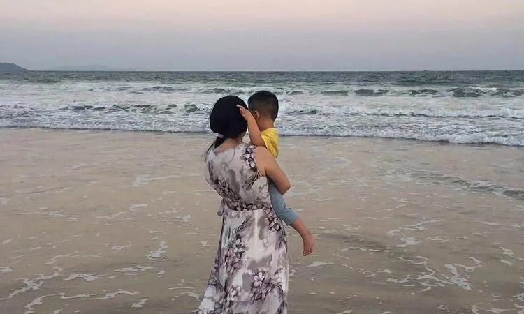 Zou Xiaoqi cùng con trai. Ảnh: AP.