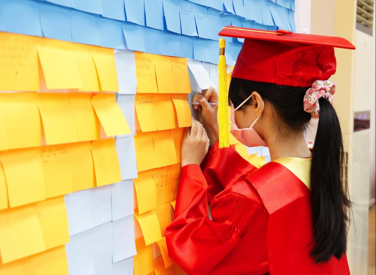 Học sinh viết lưu bút, những điều mình tự hào trên bảng note sắc màu Proud of The Year