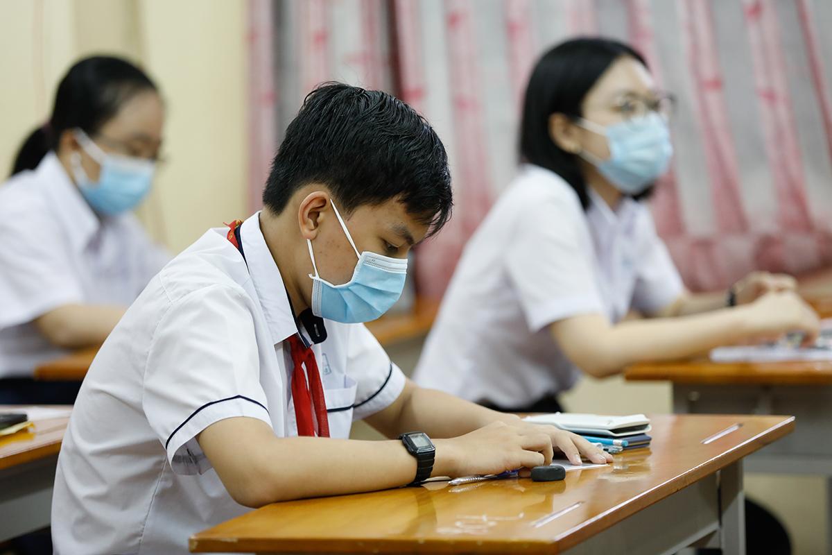 Thí sinh dự thi vào lớp 10 trường Phổ thông Năng khiếu tại TP HCM hôm 26/5. Ảnh: Hữu Khoa.