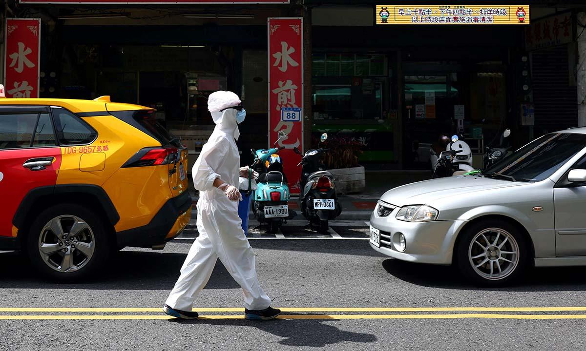 Một người mặc đồ bảo hộ đi trên đường tại Đài Bắc, Đài Loan, hôm 2/6. Ảnh: Reuters.