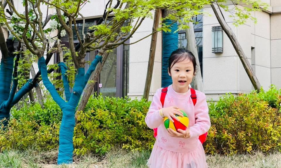 Bé Mỹ Mỹ, 3 tuổi, trên đường tới trường mẫu giáo dành cho con em cán bộ đại học Thanh Hoa, quận Hải Điến, Bắc Kinh, hồi tháng 4. Ảnh: NVCC