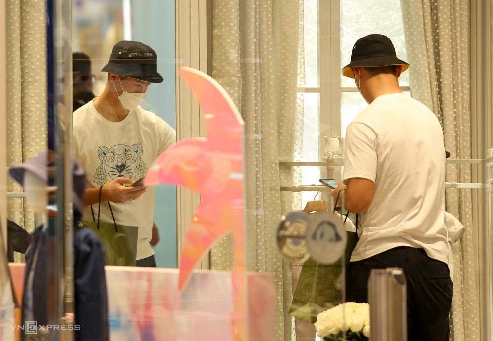 Trung vệ Đỗ Duy Mạnh tranh thủ mua đồ cho con trai chiều 31/5. Ảnh: Lâm Thoả