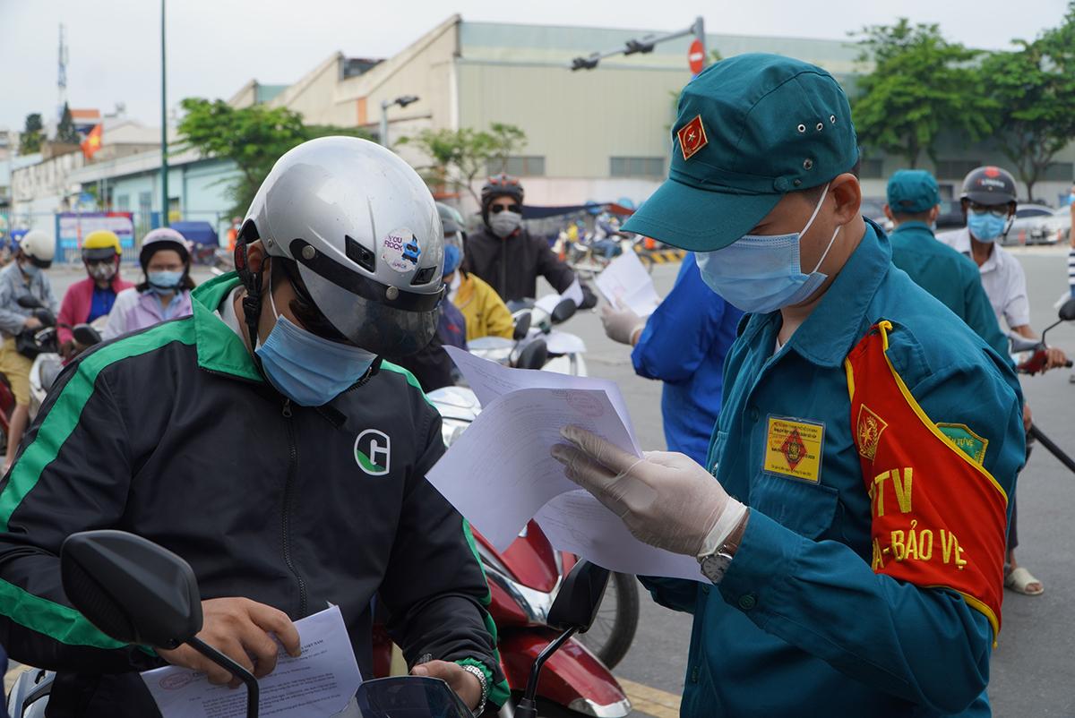 Kiểm tra giấy tờ ở chốt đường Phan Văn Trị, quận Gò Vấp, sáng 2/6. Ảnh: Gia Minh.