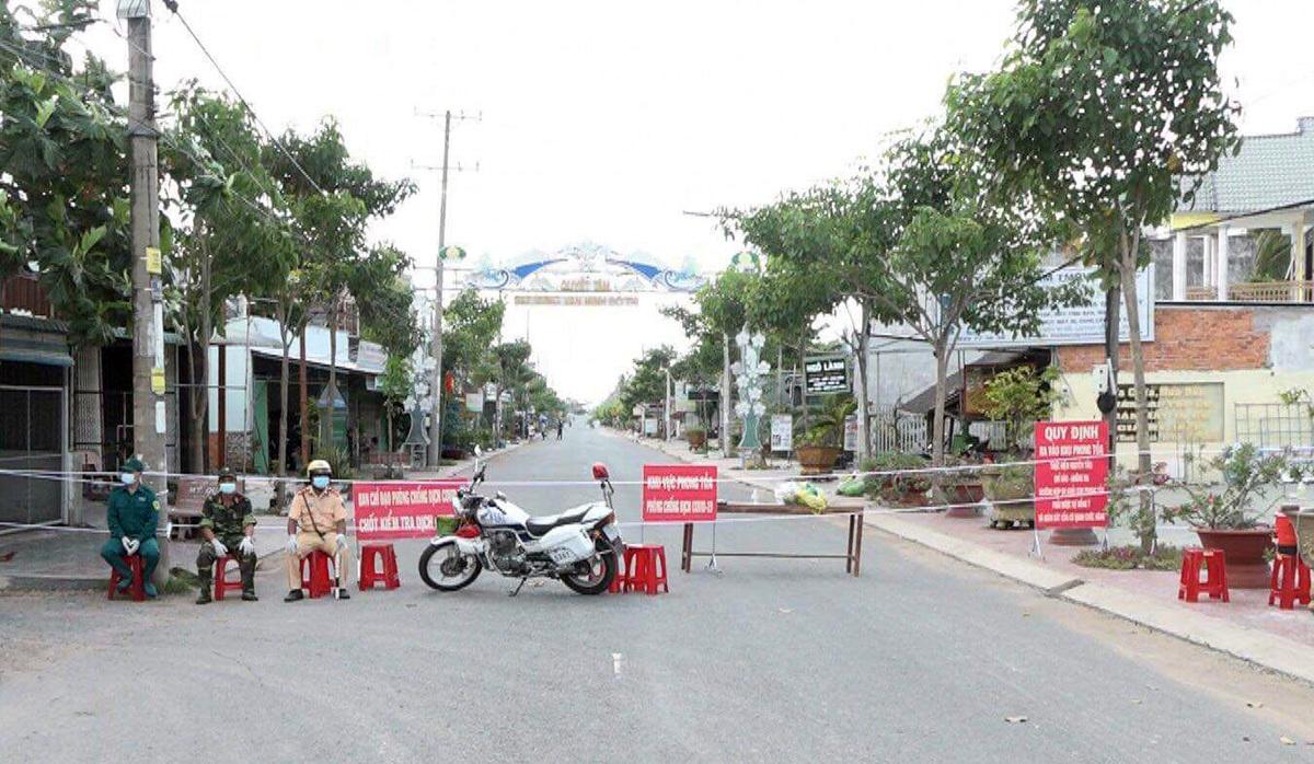 Ngành chức năng tỉnh Trà Vinh phong tỏa khu vực khóm 5 và 6 tại thị trấn Cầu Kè, nơi có nhà hai bệnh nhân Covid-19. Ảnh: Châu Thành